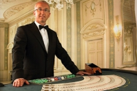 What a professional casino dealer should be?