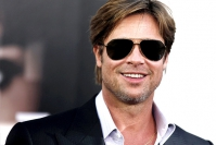 Venturesome Brad Pitt appeared at a game table